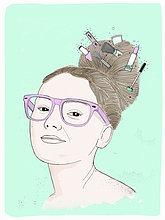 Portrait einer lächelnden Frau mit Kosmetikartikeln im Haar