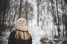 hoch, oben ,Winter ,sehen ,Hut ,Schal ,Kleidung ,Mädchen