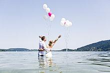 Hochzeits-Paar steht im See