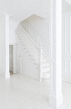 Treppenhaus im weißen Foyer