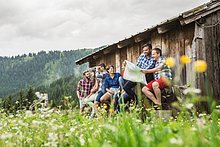 Freundschaft ,Landkarte, Karte ,Tirol ,unterhalten ,vorlesen