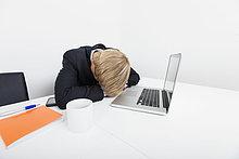 Schreibtisch ,Notebook ,Geschäftsmann ,schlafen ,Büro ,Mittelpunkt ,Erwachsener