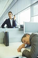 Geschäftsfrau ,sehen ,Geschäftsmann ,schlafen ,Büro