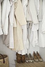 Kleidung ,Frau ,Boden, Fußboden, Fußböden ,Jacke ,Schuh ,weiß ,arrangieren ,aufgeräumt ,Sahne