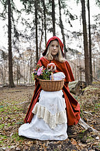 sitzend,Holz,rot,Maske,Mädchen