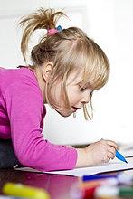 Stift, Stifte, Schreibstift, Schreibstifte ,klein ,Emotion ,blau ,streichen, streicht, streichend, anstreichen, anstreichend ,Mädchen