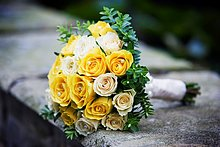 Farbaufnahme, Farbe ,liegend, liegen, liegt, liegendes, liegender, liegende, daliegen ,Wand ,Hochzeit ,gelb ,hoch, oben ,Dekoration ,Rose ,Blumenstrauß, Strauß ,Sahne ,Perle