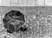 Kopfsteinpflaster ,Mann ,gehen ,Regenschirm, Schirm ,Straße ,1 ,Asphalt ,Andalusien ,Spanien