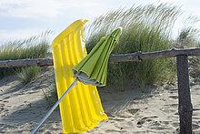 angelehnt,Holzzaun,Strand,Regenschirm,Schirm,Bett,Himmel,Düne,Sonnenschirm,Schirm,Italien