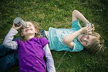 Junge - Person ,Mädchen ,Spaß ,Zinn ,Dosentelefon
