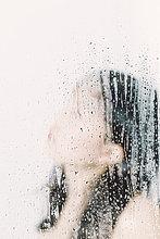 hinter ,Wasser ,Frau ,Fenster ,heraustropfen, tropfen, undicht ,Glasscheibe
