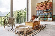 Bücherregal,Kaffee,Tisch,Innenansicht,moderne Wohnung,zu Hause