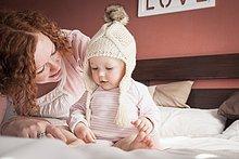 Portrait ,Hut ,Mittelpunkt ,stricken ,Mädchen ,Mutter - Mensch ,Erwachsener ,Baby