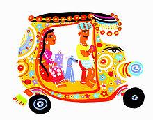 Mann fährt Frau und Hund in einer verzierten Auto-Rikscha