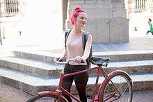 junge Frau,junge Frauen,schieben,Großstadt,pink,Fahrrad,Rad,Haar
