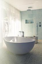 Wasser,eingießen,einschenken,Badezimmer,Badewanne,modern