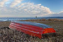 Umgedrehtes rotes Rettungsboot am Ufer des Bodensees bei Konstanz, Baden-Württemberg, Deutschland, Europa, ÖffentlicherGrund