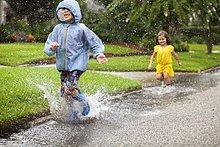 Junge - Person,Schwester,planschen,rennen,Stiefel,Regen,Pfütze,Kleidung,Gummi