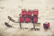 klein,rot,Schlitten,Weihnachtsgeschenk