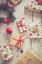 Geburtstagsgeschenk,Verpackung,Holz,Weihnachten,rot,kugelförmig,kugelig,Kugeln,Kugel,umwickelt