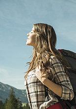 junge Frau,junge Frauen,Fröhlichkeit,Sonnenstrahl,Reise,wandern