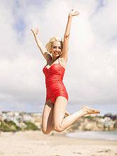 Frau,Strand,Badeanzug,springen,Sand,rot,1,Kleidung,Stück