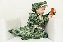 sitzend,Junge - Person,klein,Couch,Kleidung,Kostüm - Faschingskostüm,Verkleidung,Dinosaurier,Smartphone