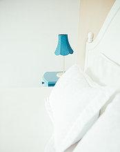 Urlaub,Schlafzimmer,Bett,Lampe,blau,Schrank,Bettseite,Tisch,Indonesien,Villa