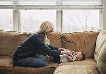 sitzend,Sohn,klein,Couch,Mutter - Mensch,kitzeln