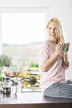 junge Frau,junge Frauen,Portrait,Tasse,lächeln,Küche,Kaffee