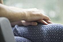paar,bindung,komplizenschaft,beziehung,die hand reichen,hand,greifwerkzeug,hand in hand,in beziehung zueinander stehen,beihilfe,eine beziehung eingehen,ehepaar,hände,reichte die hand,beziehungen,komplizenschaften,bindungen,paare,freundin,freund,gatte,ehefrau,heterosexuelles paar,zwei personen,mann,frau,erwachsener,nur erwachsene,verbundenheit,vertrauen,innigkeit,liebe,unterstützung,schutz,nähe,überlappung,tag,innenaufnahme,auf den knien,mitwisser,sitzend,berühren,körperteil,ausschnitt,seitenansicht,punktuelle fokussierung,nahaufnahme,farbbild