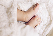 baby,zartheit,weichheit,fuß,kleines kind,menschenfuß,süße,empfindlichkeit,babies,füße,weichheiten,zartheiten,nur ein männliches baby,männliches baby,nur ein baby,eine person,säugling,nur männliche babys,anfang,neubeginn,kinderpflege,kindheit,kunstpelz,decke,tag,innenaufnahme,mittagsschlaf halten,auf dem rücken,liegend,barfuß,weich,körperteil,sicht von oben,ausschnitt,unterteil,von oben,farbbild,punktuelle fokussierung,beige
