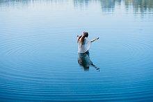 stehend,junge Frau,junge Frauen,offen,See,gewellt,Mittelpunkt