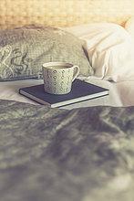 Tasse,Buch,Bett,weiß,Kaffee,Taschenbuch