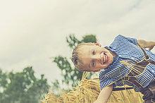 lächeln,Junge - Person,klein,Kleidung,Leder,Hose