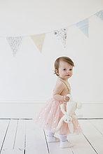stehend,Pose,Fotografie,halten,Spielzeug,Fotograf,jung,niedlich,süß,lieb,Studioaufnahme,Mädchen