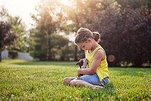 sitzend,halten,Gras,Terrier,Mädchen,Welpe