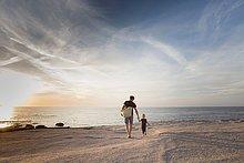 spazierengehen,spazieren gehen,Mann,Strand,Sonnenuntergang,reifer Erwachsene,reife Erwachsene,Tochter