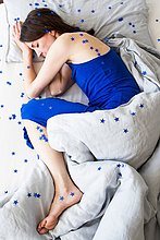 hoch,oben,liegend,liegen,liegt,liegendes,liegender,liegende,daliegen,sternförmig,spiralförmig,spiralig,Spirale,Spiralen,spiralförmiges,Frau,bedecken,Schlafanzug,über,Bett,reifer Erwachsene,reife Erwachsene,blau,Ansicht,Kleidung