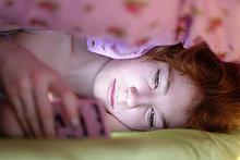 liegend,liegen,liegt,liegendes,liegender,liegende,daliegen,Portrait,sehen,Decke,unterhalb,Bett,Mädchen,Smartphone