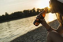 Flussufer,Ufer,junge Frau,junge Frauen,Sonnenuntergang,trinken,Bier