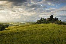 Landgut mit Zypressen, bei San Quirico d'Orcia, Val d'Orcia, Provinz Siena, Toskana, Italien, Europa
