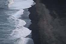 Wellen, Wellensaum, schwarzer Strand, Lavastrand Dyrhólafjara, Dyrhólaey, Island, Europa