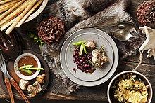 Rosmarin-Medaillons auf winterlich gedecktem Tisch (Aufsicht)