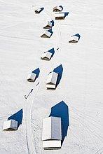 Hütten im Winter bei Garmisch-Partenkirchen, Luftaufnahme, Werdenfelserland, Oberland, Oberbayern, Bayern, Deutschland, Europa