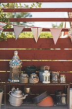 Behälter und Utensilien durch Holzzaun im Hinterhof