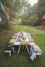 Erhöhte Ansicht des verzierten Picknicktisches im Hinterhof an der Gartenparty