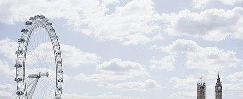 London Eye und Uhr Türme im blauen Himmel, London, London, England