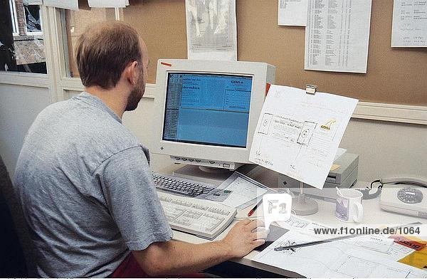 Seitenprofil des Menschen die Layout der Werbung auf Computer  Deutschland