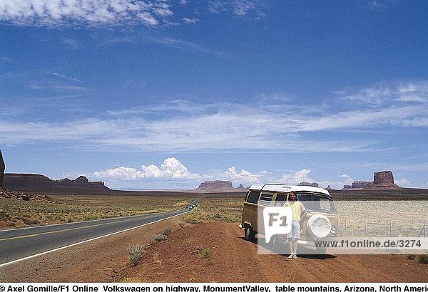 Tourist stehen neben Camper van am Straßenrand  Monument Valley  Arizona und Utah  USA Tourist stehen neben Camper van am Straßenrand, Monument Valley, Arizona und Utah, USA